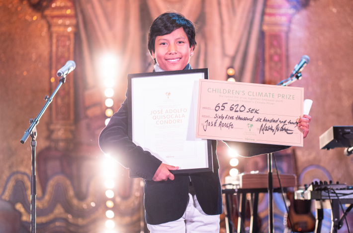The winner of Children's Climate Prize 2018 on stage with prize check and diploma!
